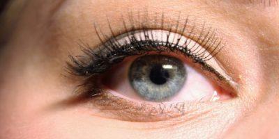 Close up on a grey eye with long eyelashes